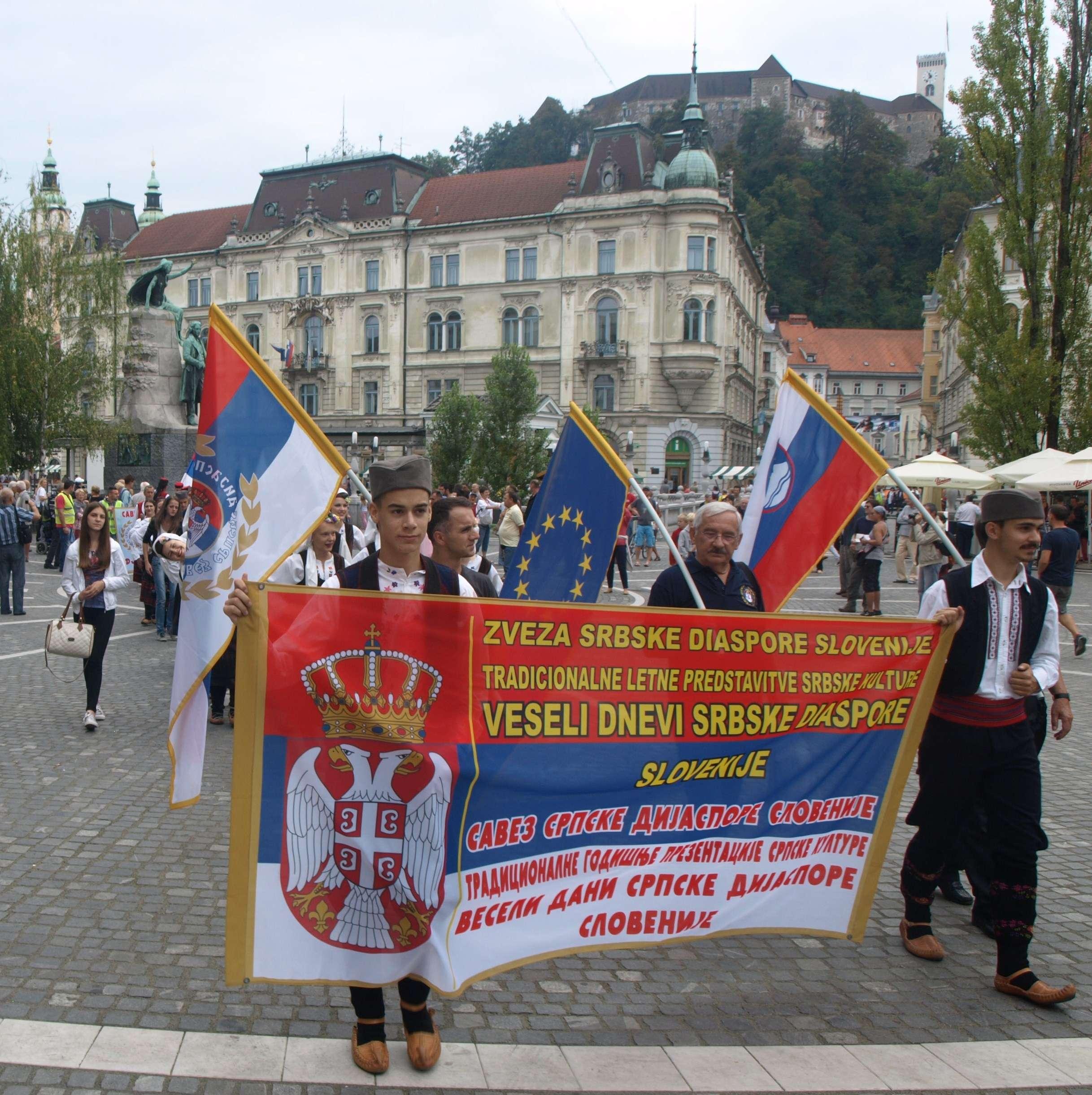 PROTESTNA ŠETNJA U VEZI DISKRIMINACIJE I ŠOVINIZMA UZ GOVOR PRED SLOVENSKIM JAVNIM FONDOM ZA KULTURNE DJELATNOSTI u Ljubljani 30.08.2014. (zasjenile barikade automobila)